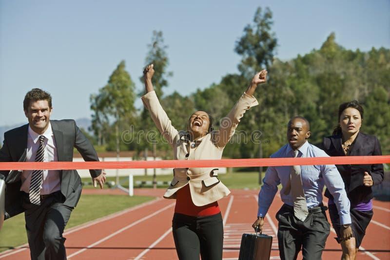 Affärsfolk som konkurrerar på tävlings- spår royaltyfri foto