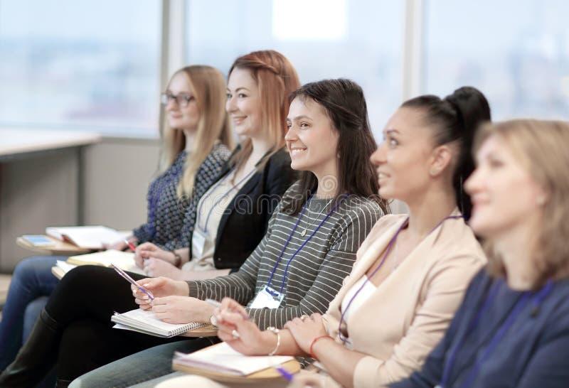 Affärsfolk som lyssnar till en föreläsning på ett affärsseminarium royaltyfri fotografi