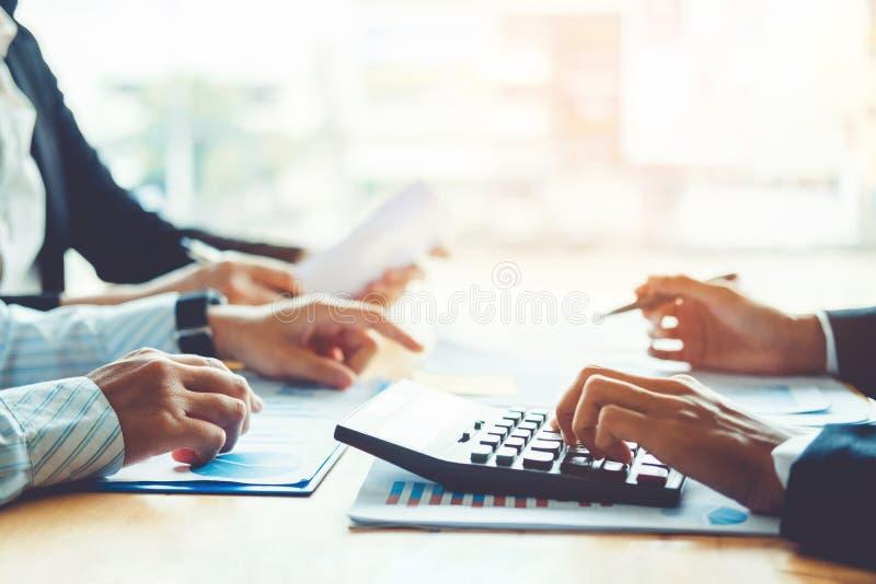 Affärsfolk som möter begrepp för planläggningsstrategianalys på fu arkivfoton