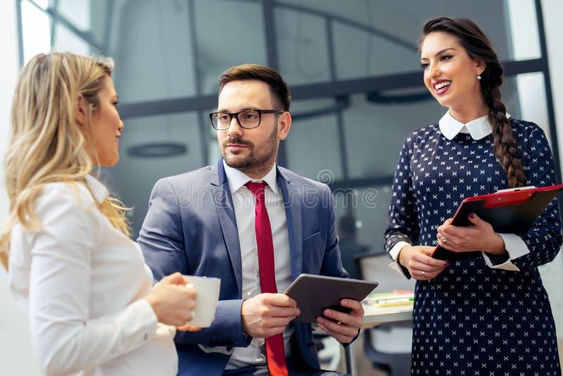 Affärsfolk som möter företags begrepp för konferensdiskussion royaltyfria bilder