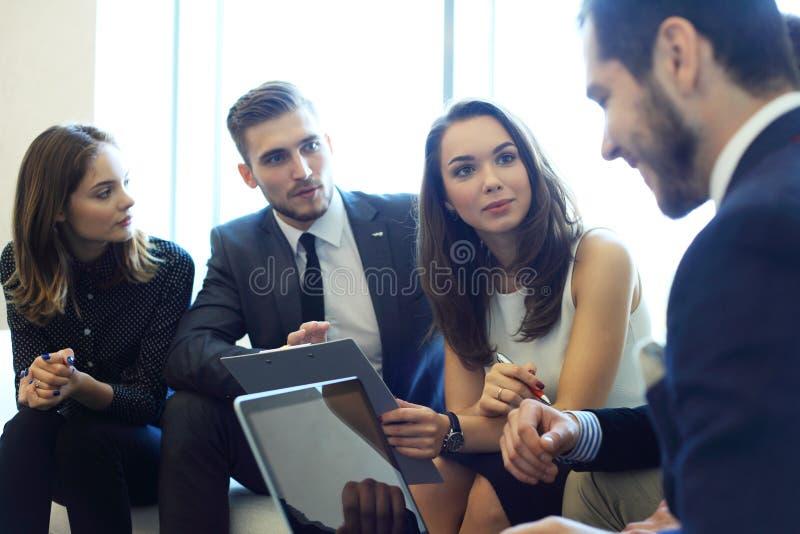 Affärsfolk som möter företags begrepp för konferensdiskussion royaltyfri bild