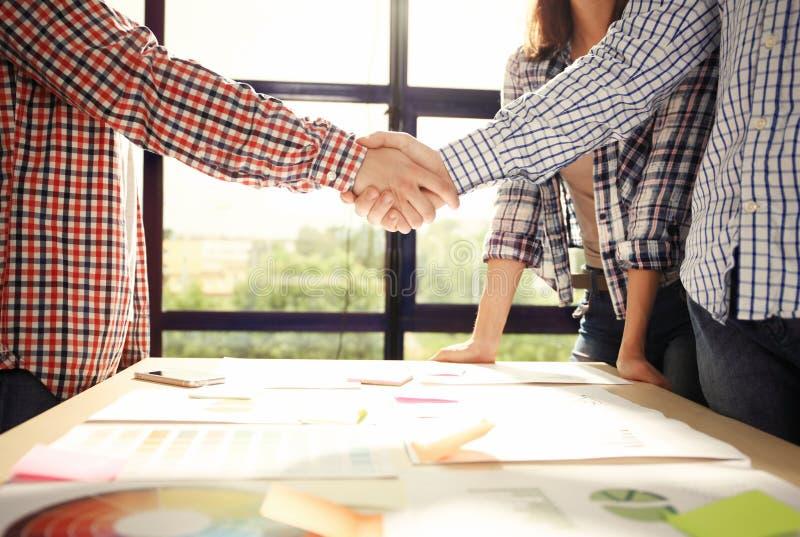 Affärsfolk som möter företags handskakningbegrepp för diskussion arkivfoton