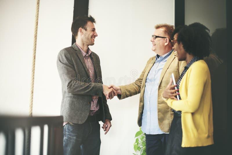 Affärsfolk som möter företags handskakninghälsningbegrepp royaltyfri bild