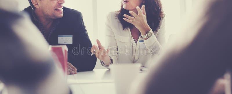 Affärsfolk som möter funktionsdugligt begrepp för konferensdiskussion arkivbild