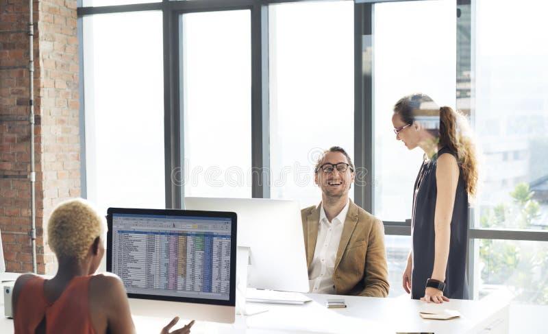 Affärsfolk som möter funktionsdugligt kontorsbegrepp för diskussion royaltyfria bilder