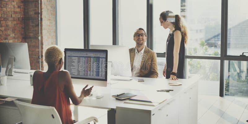 Affärsfolk som möter funktionsdugligt kontorsbegrepp för diskussion royaltyfri foto