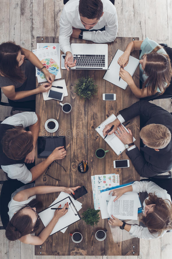 Affärsfolk som möter i den bästa sikten för kontor arkivbild