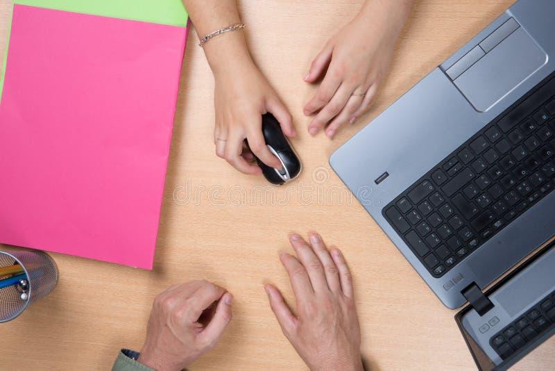 Affärsfolk som möter i kontorsöverenskommelse- och partnerskapbegreppet royaltyfri bild