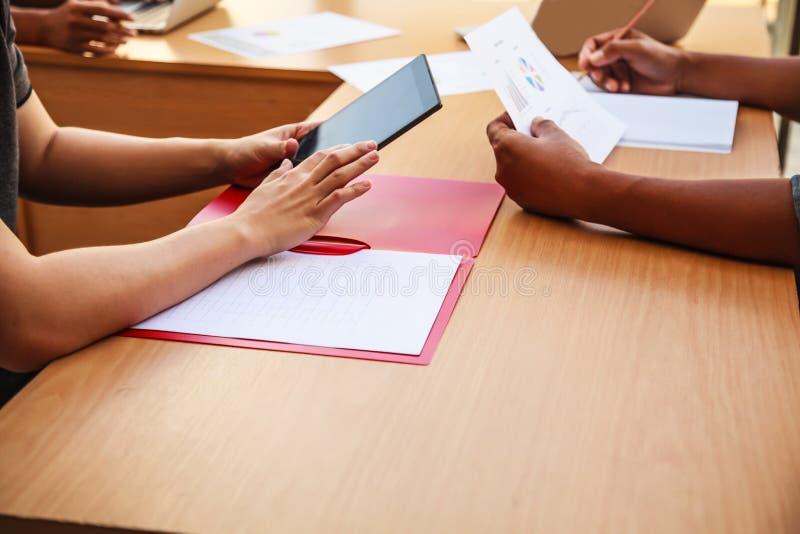 Affärsfolk som möter i kontorsbegreppet, genom att använda idéer, diagram, datorer, minnestavla, smarta apparater på affärsplanlä royaltyfria foton
