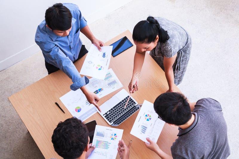 Affärsfolk som möter i kontorsbegreppet, genom att använda idéer, diagram, datorer, minnestavla, smarta apparater på affärsplanlä arkivbilder