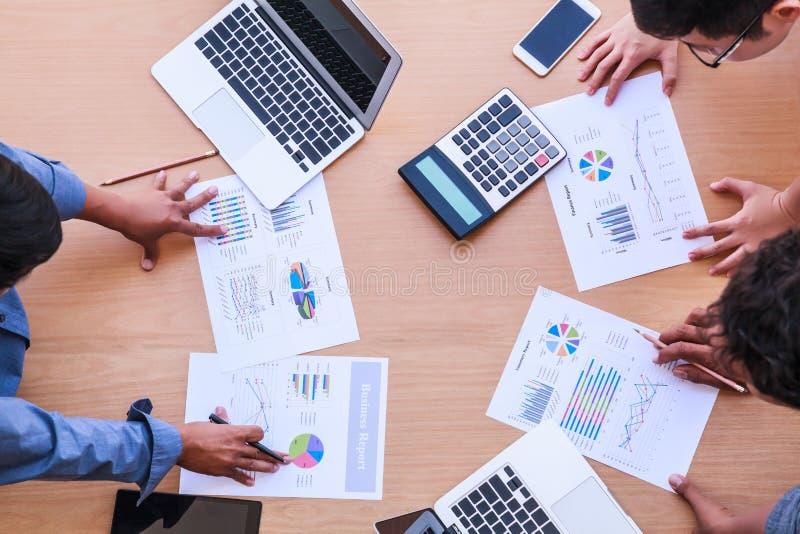 Affärsfolk som möter i kontorsbegreppet, genom att använda idéer, diagram, datorer, minnestavla, smarta apparater på affärsplanlä fotografering för bildbyråer