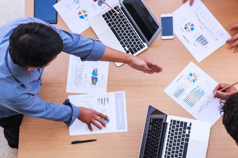 Affärsfolk som möter i kontorsbegreppet, genom att använda idéer, diagram, datorer, minnestavla, smarta apparater på affärsplanlä arkivfoto