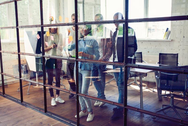 Affärsfolk som möter på kontoret och bruksstolpen som den noterar för att dela idé Hjärna och exponeringar Klibbig anmärkning på  arkivbilder