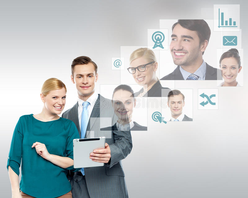 Affärsfolk som meddelar med laget arkivbilder