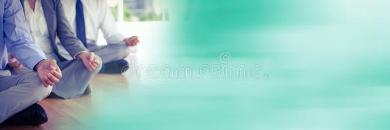 Affärsfolk som mediterar mot med oskarp grön övergång royaltyfri foto