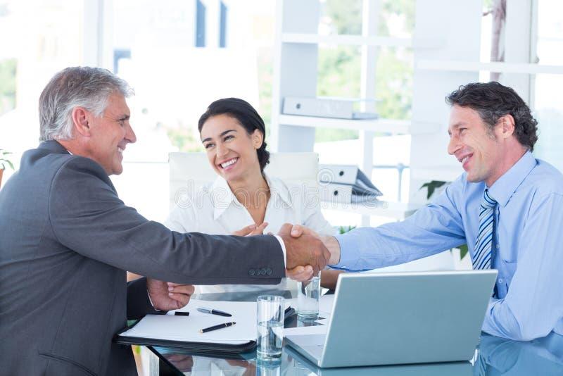 Affärsfolk som når en överenskommelse arkivbild