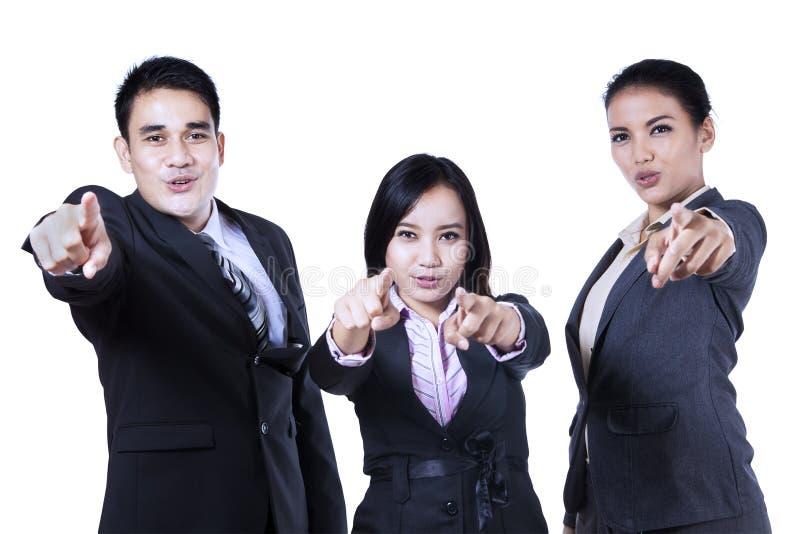 Affärsfolk som pekar på dig royaltyfri fotografi