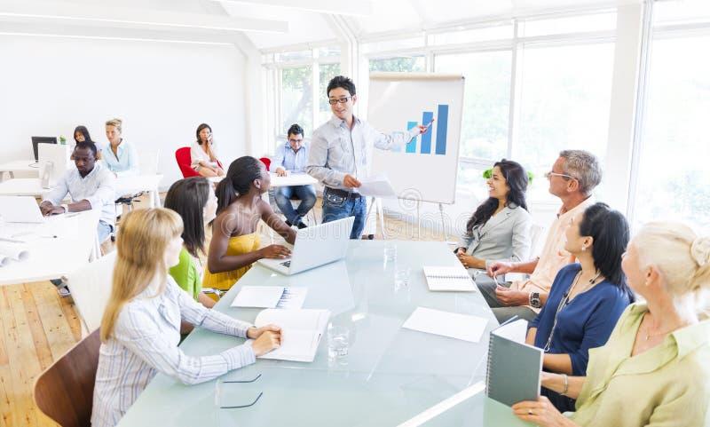 Affärsfolk som planerar och lyssnar till diskussionen royaltyfri fotografi