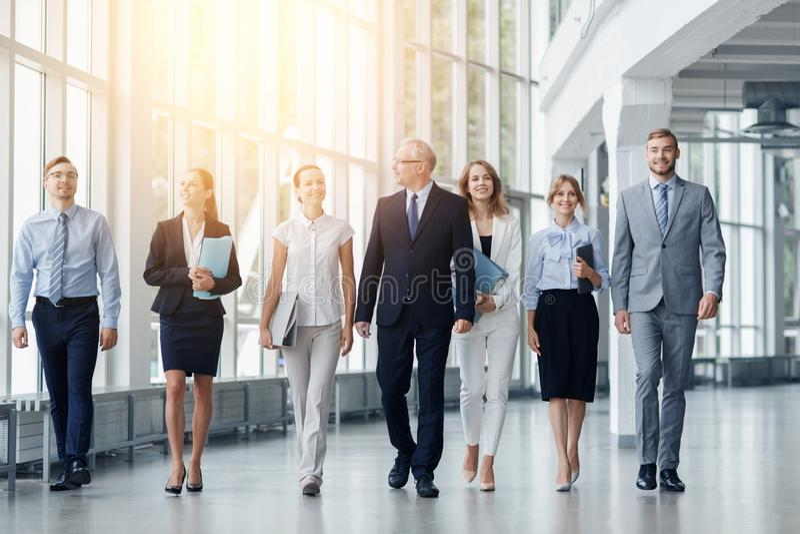 Affärsfolk som promenerar kontorsbyggnad arkivbilder