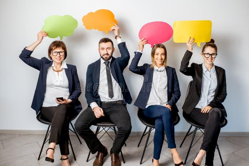 Affärsfolk som rymmer färgrika bubblor arkivbilder