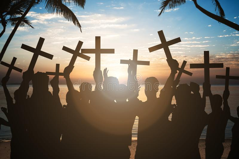 Affärsfolk som rymmer kors på kust på stranden royaltyfri bild