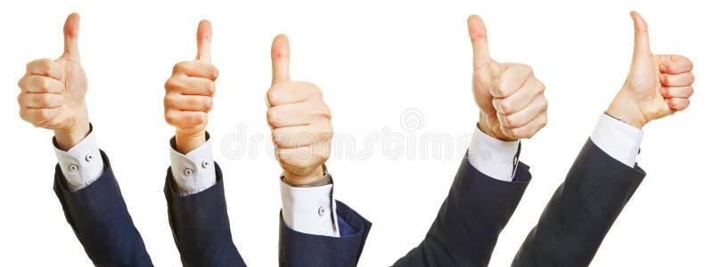 Affärsfolk som rymmer upp många tummar royaltyfri foto