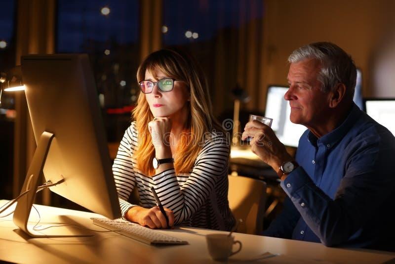 Affärsfolk som sent arbetar - natt arkivfoton