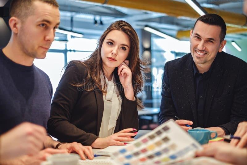 Affärsfolk som ser kollegan, medan arbeta royaltyfria bilder