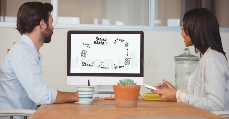 Affärsfolk som ser olika symboler på den skrivbords- datoren, medan arbeta på tabellen i regeringsställning stock illustrationer
