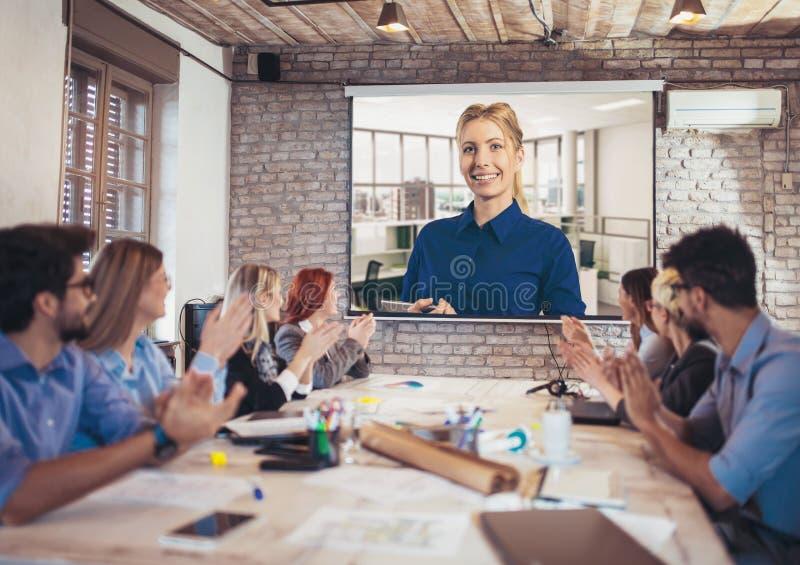 Affärsfolk som ser projektorn under videokonferens arkivfoton