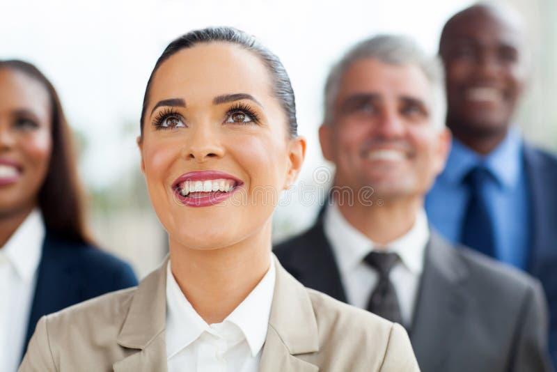 Affärsfolk som ser upp arkivbild