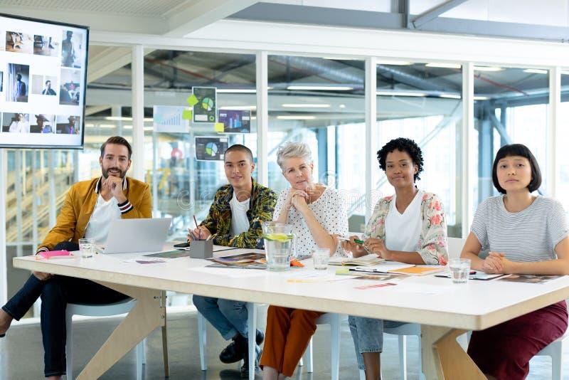Affärsfolk som sitter i mötet på konferensrummet royaltyfri fotografi