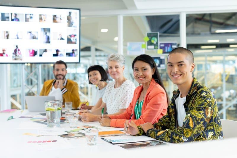 Affärsfolk som sitter i mötet på konferensrummet på kontoret fotografering för bildbyråer