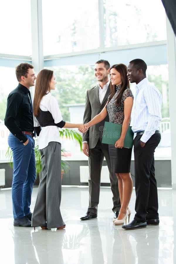 Affärsfolk som skakar händer, fulländande övre ett möte royaltyfri bild