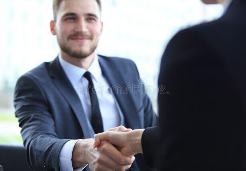 Affärsfolk som skakar händer, fulländande övre ett möte fotografering för bildbyråer