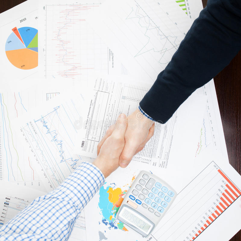 Affärsfolk som skakar händer - sikt från överkant - 1 - 1t-sidig förhållande arkivbild