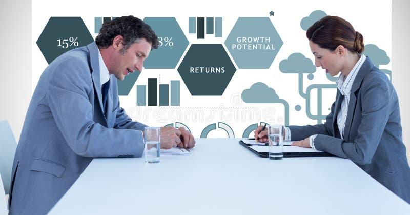 Affärsfolk som skriver anmärkningar på skrivbordet mot diagram royaltyfri foto