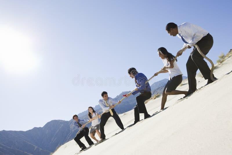 Affärsfolk som spelar dragkampen arkivbilder