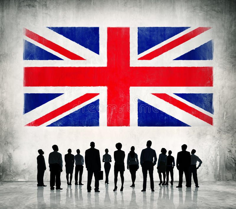 Affärsfolk som står i framdelen av UK-flaggan royaltyfria foton