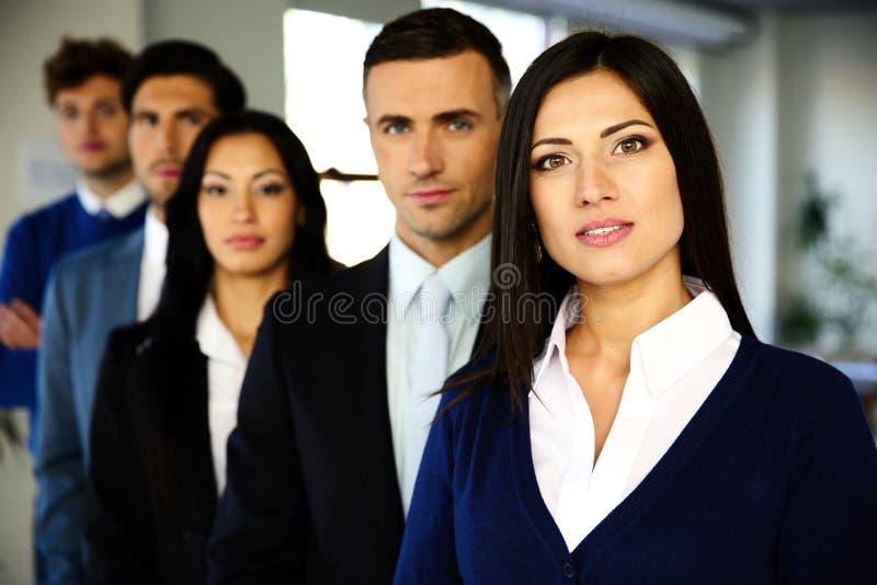 Affärsfolk som står uppställt royaltyfri foto