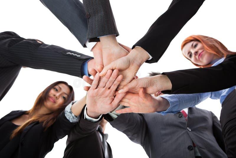 Affärsfolk som staplar händer royaltyfri bild