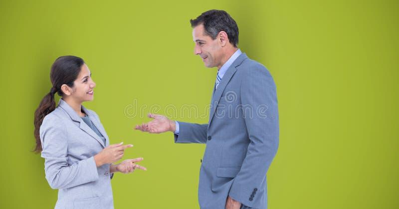 Affärsfolk som talar mot grön bakgrund fotografering för bildbyråer