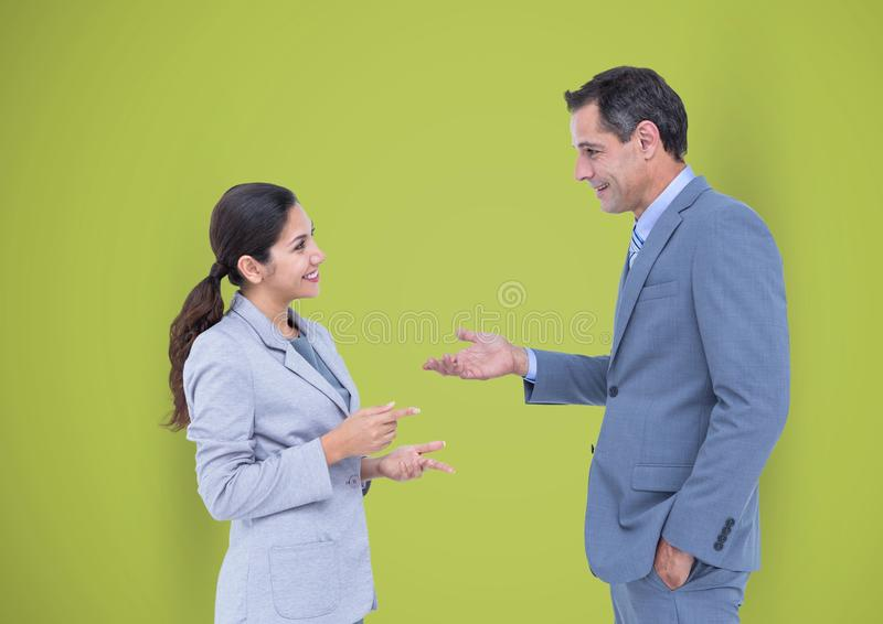 Affärsfolk som talar mot grön bakgrund royaltyfria foton