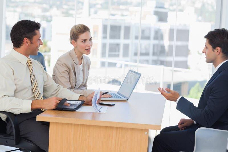 Affärsfolk som talar under intervju royaltyfria foton
