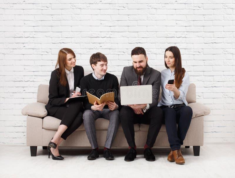 Affärsfolk som teambuilding Lag på soffan, partners som tillsammans arbetar fotografering för bildbyråer