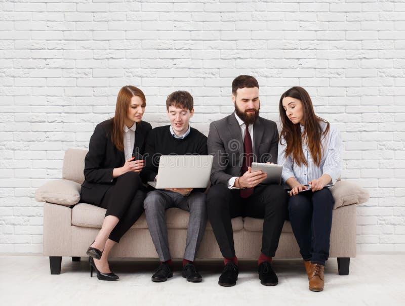 Affärsfolk som teambuilding Lag på soffan, partners som tillsammans arbetar royaltyfri bild