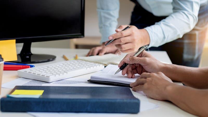 Affärsfolk som tillsammans arbetar i modernt kontorsrum arkivbilder