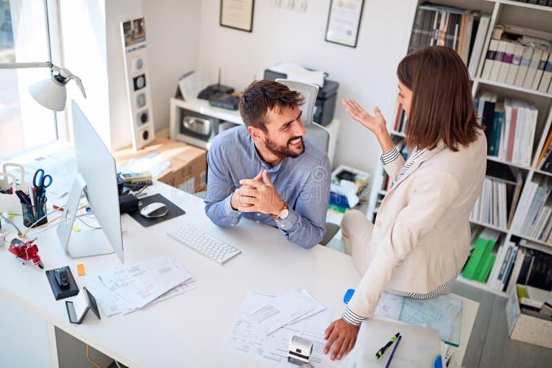 Affärsfolk som tillsammans arbetar och diskuterar på kontoret royaltyfria foton