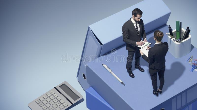 Affärsfolk som tillsammans arbetar och kontrollerar finansiella rapporter arkivbilder