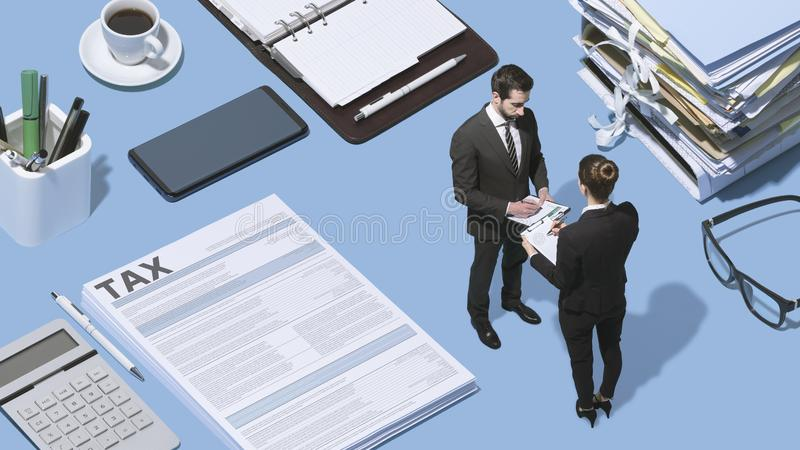 Affärsfolk som tillsammans arbetar, och skattformer royaltyfri bild